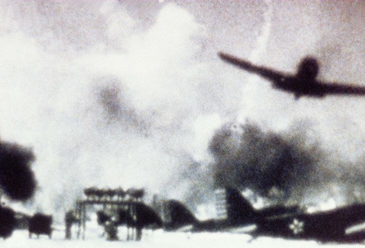 """On 6 December 1941, the Japanese fleet, cut off at 370 km north of Pearl Harbor, receives the driving signal """"Climb Mount Niitaka"""". The first wave of attack on Pearl Harbor began around 8 am in the morning of 7 December 1941 with almost 183 Japanese planes arriving together on site from several directions. The second wave will end at 9:45. In between, it was only destruction.  © SIPA"""