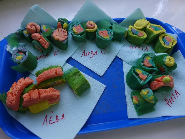 Суши -  еда настоящих японцев и русских. Гофрированная бумага и соленое тесто.