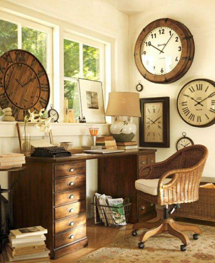 un bureau a domicile , coin de travail dans la maison, lampe de chevet blanche, pendules murales