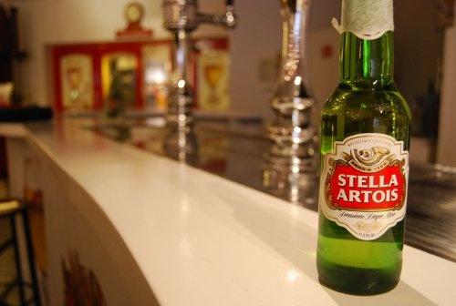 En Flandes visitamos la fábrica de cerveza más grande del mundo, pertenece a Stella Artois y está ubicada en Lovaina.    Producen 2 millones de litros de cerveza al día ¡OMG!    http://elpachinko.com/cervezas-del-mundo/viajes-a-flandes-fabrica-de-cerveza-mas-grande-del-mundo-lovaina/