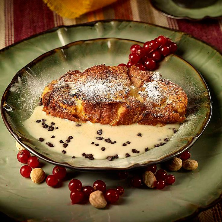 Descubre como preparar paso a paso la receta de Torrijas de brioche con sopa de almendras. Te contamos los trucos para que triunfes en la cocina con Postres para chuparse los dedos