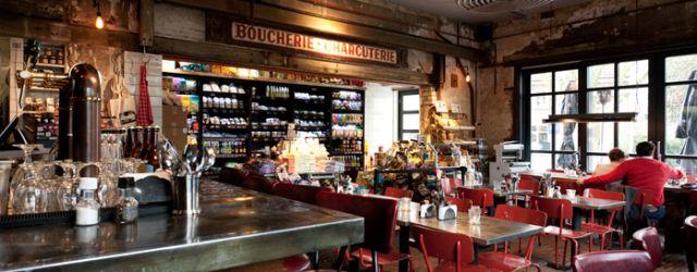 Ongeveer een jaar geleden opende Stach in Overveen, tegenover Loetje. Een superieure eetwinkel met New York style burgers! Zie Stach als een buurtwinkel van deze tijd, met dagverse producten en kant & klaar maaltijden. In Amsterdam zijn de verschillende vestigingen al jaren een succes. En Haarlem heeft er dus ook eentje! En het leuke aan de vestiging in Overveen is dat je er ook kunt ontbijten, lunchen, borrelen en eten. En sinds kort zelfs thuis laten bezorgen via Deliveroo!
