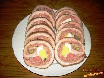PLNĚNÁ BŮČKOVÁ ROLÁDA bůčkový plát, sůl, hořčice, anglická slanina, mleté maso 1/2 kg, okurky 5 ks, vajíčka vařené 4 ks, koření do ml masa, párek, sýr (paprika hrášek) Vepřový bůček naklepeme,osolíme,pocákáme plnotučnou hořčicí a rozetřeme naskládáme anglickou slaninu, mleté maso(sůl,pepř, česnek,majoránka,1 vejce syrové,mletý kmín), zdobíme vejce, okurka, sýr, salám Zamotáme, převážeme nití. Dáme na plech a trochu podlijeme. Pečeme asi 2 hod na 200 °C.