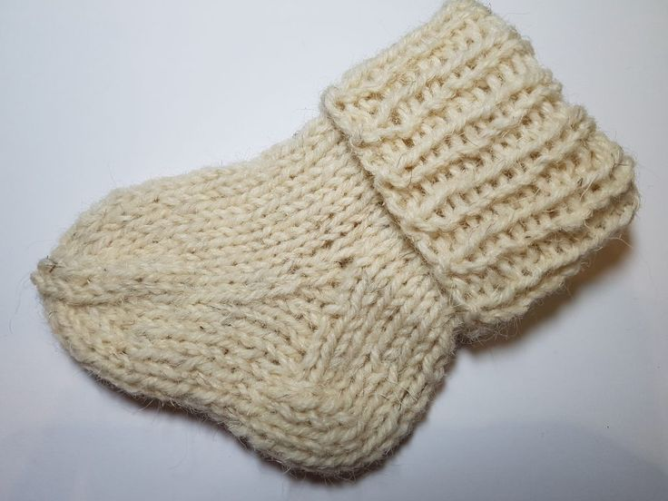 """Taip, šiandien paruošiau jums pamokėlę, apie tai, kaip megzti kojinytes naujagimiui ar jau didesniam kūdikiui. Kaip jau tikriausiai girdėjote, naujagimiams kojinytes patartina megzti iš 100 procentinės vilnos!!!! Ne, ne tos, kur yra švelni, kaip pavyzdžiui Alize Chashmira wool siūlų, ar siūlų skirtų mažiems vaikučiams, tokie vadinami """"baby wool"""". Tokiam mezginiui mes jau renkamės tą vilną,… Read More Kaip megzti kojinytes naujagimiui?"""