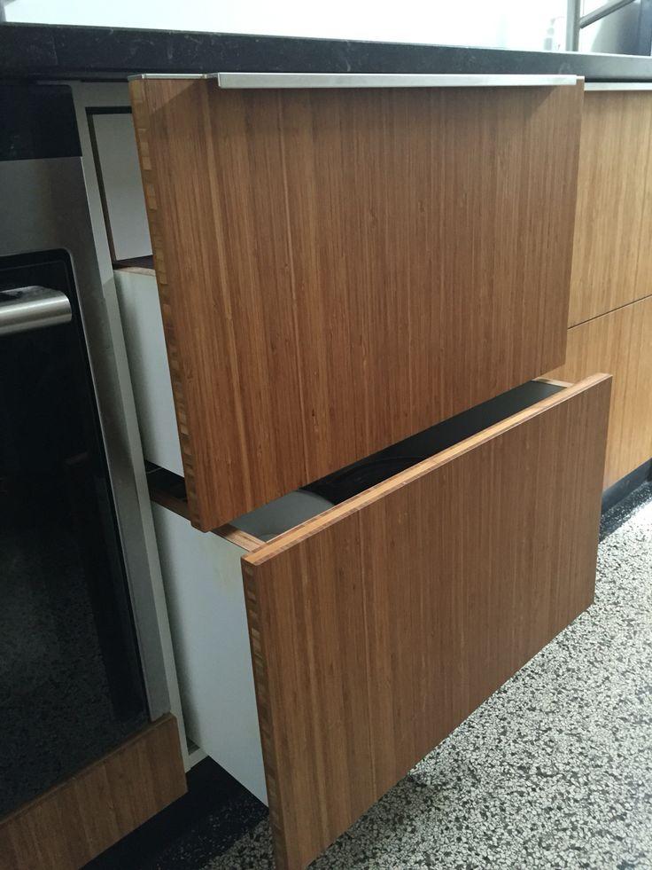 Detail: greepjes op bovenste lade vallen weg onder het aanrechtblad. Onderste lades zijn greeploos.