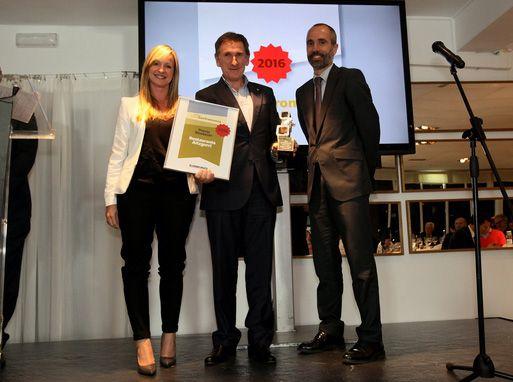 Francis Tamayo (centro), Gerente del Restaurante Aitzgorri de Donostia-San Sebastián recoge el premio al Restaurante Revelación del año en Donostia #masgastronomia #donostia #retsaurante #pintxos #cocina
