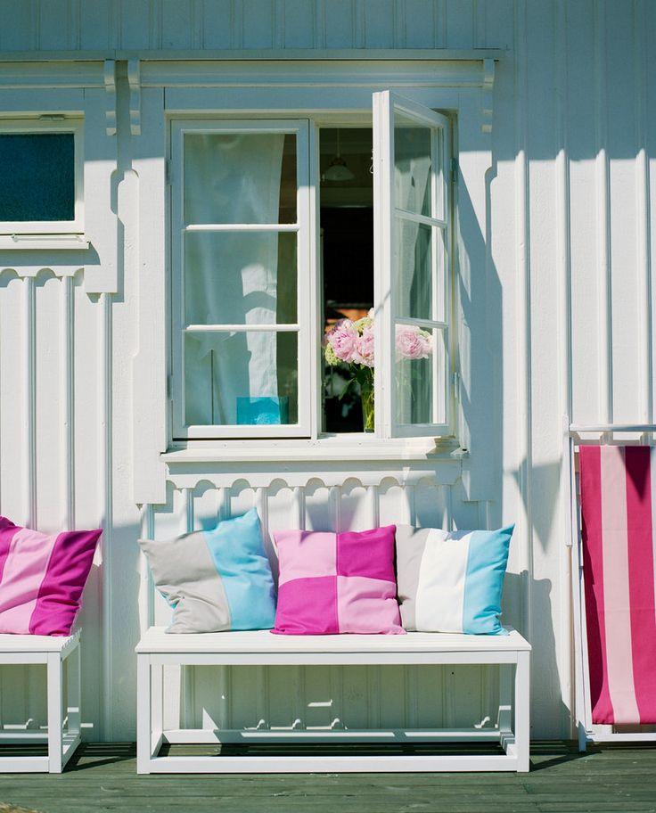En ljus grå eller vit kulör är enkel att bryta av med färgglada detaljer. Här har både fasaden och detaljerna runt fönster målats i Utevit 1.
