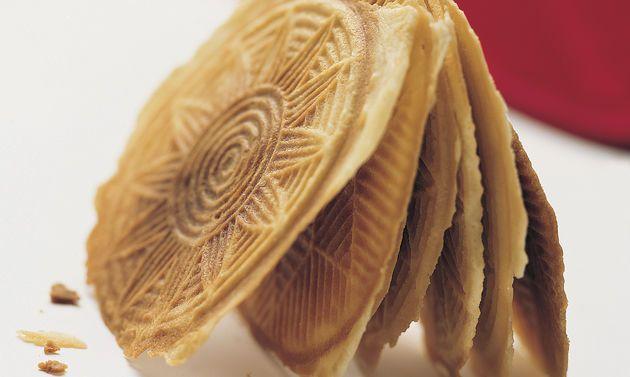 Bricelets (Bretzeli): Butter rühren, bis sich Spitzchen bilden. Zucker und Salz dazurühren. Eier beifügen und rühren, bis die Masse hell ist ...
