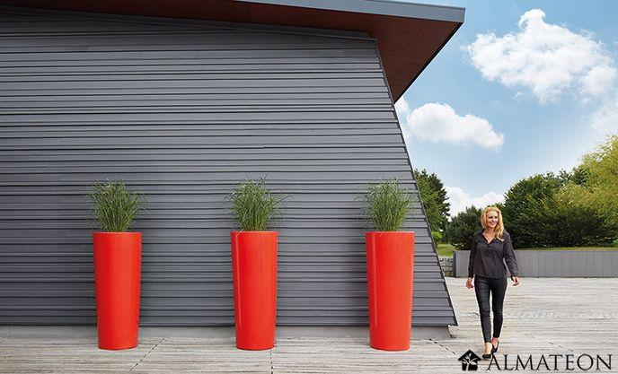 Des pots XXL pour sublimer votre intérieur/extérieur ! Laissez vous fasciner par la simplicité avec laquelle cette poterie s'adapte à différents environnements et se prête à merveille à tous types de plantes et de compositions florales. Décorez votre intérieur et optez pour l'originalité grâce à ce pot de fleurs XXL d'une couleur qui ne passera pas inaperçue ! D'un rouge brillant et vif, ce pot de fleur donnera un éclat supplémentaite à votre intérieur ou à votre extérieur