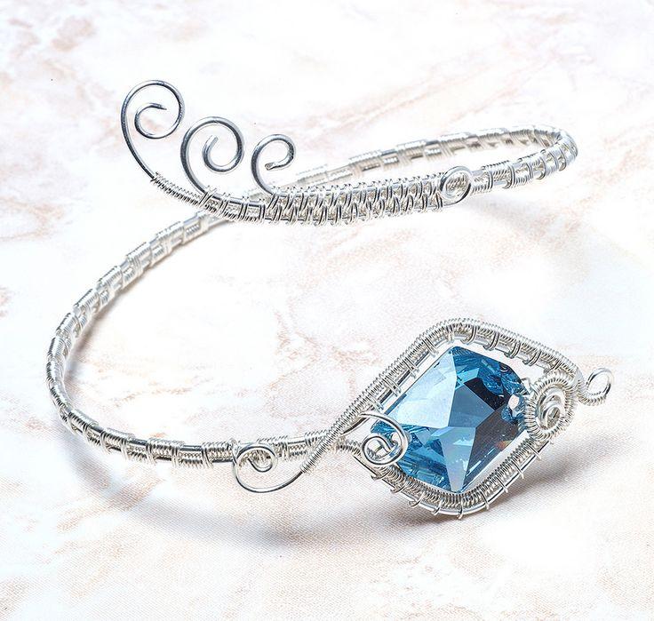 Wire bracelet with blue swarovski