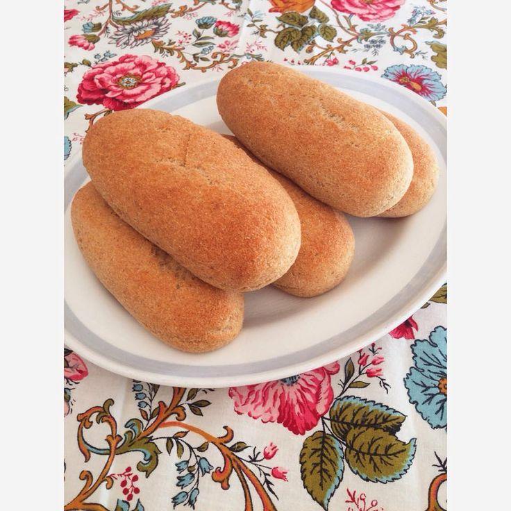 Enkelt, mättande och väldigt gott. Korv med bröd helt enkelt, fast enligt LCHF såklart. Gjorde egna korvbröd och gick då efter mitt recept på pofiberfrallor.