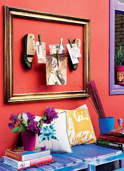 Duas fôrmas de sapato com cordões e pregadores formam este mural de recados. Para dar mais charme à composição, uma moldura com acabamento dourado