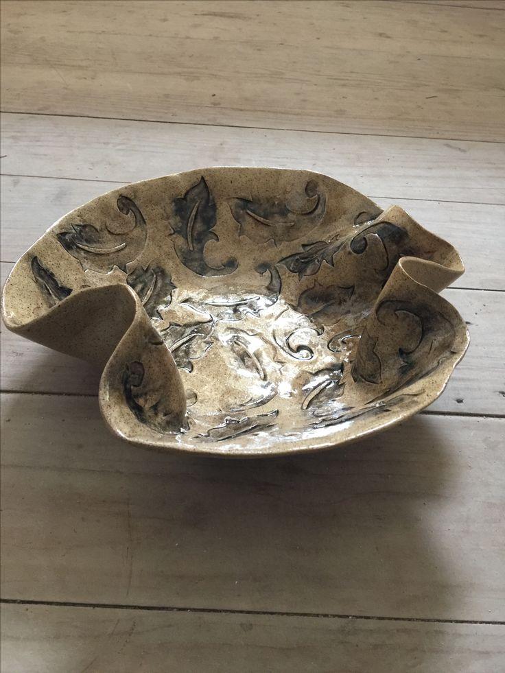 Cerâmica esmaltada com baixo relevo