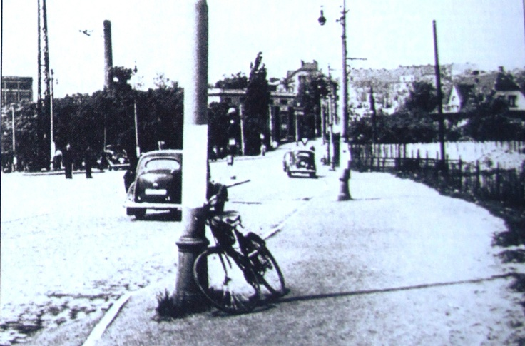 Opuštěné Gabčíkovo kolo po atentátu. Autor snímku: repro z knihy Jaroslav Čvančara: Heydrich. Gallery, Praha 2011. Abandoned bicycle of Jozef Gabčík after the assassination.