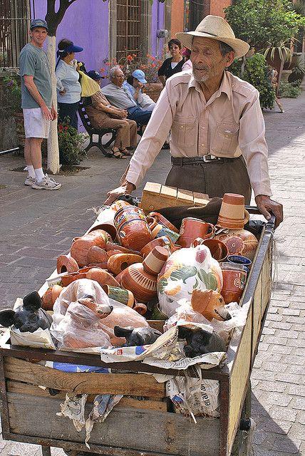 Vendedor ambulante de ollas y jarros de barro en Tlaquepaque, Guadalajara Jalisco,  México