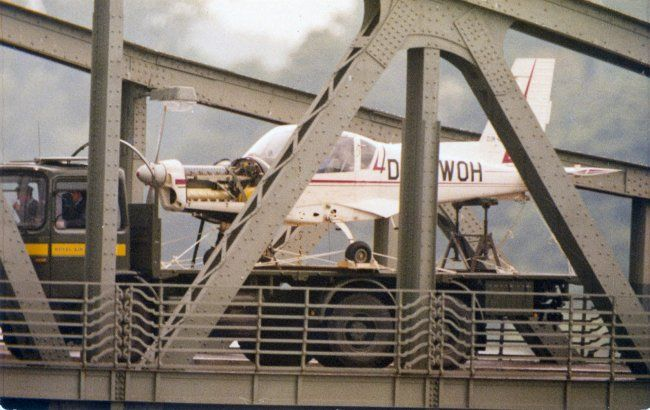 Rückgabe des zerlegten einmotorigen Flugzeugs durch britische Militärangehörige am 5. August 1987 an der Glienicker Brücke: Gelungene Flucht mit einem Motorflugzeug von Potsdam nach Berlin-Gatow, 15. Juli 1987