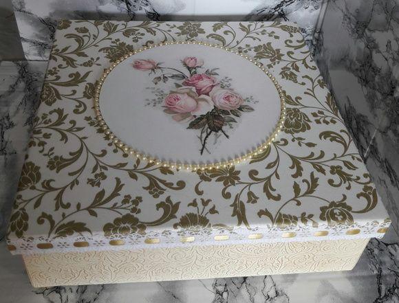 Caixa em mdf decorada com decoupagem em cima e nas laterais em relevo em dourado e pés dourados + 2 sabonetes natura e toalhinha de mão decorados