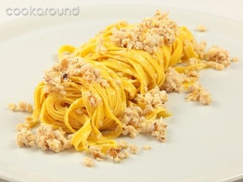 Tagliatelle all'aglio e noci    Una salsa semplice, fatta con pochi ingredienti ed in poco tempo, per condire un buon piatto di tagliatelle fresche. Un primo da preparare molto rapidamente se avete già la pasta fresca pronta.