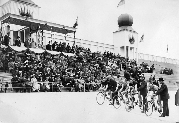 Kristineberg, velodromens invigning. T.h. cyklister som skall starta - Stockholmskällan