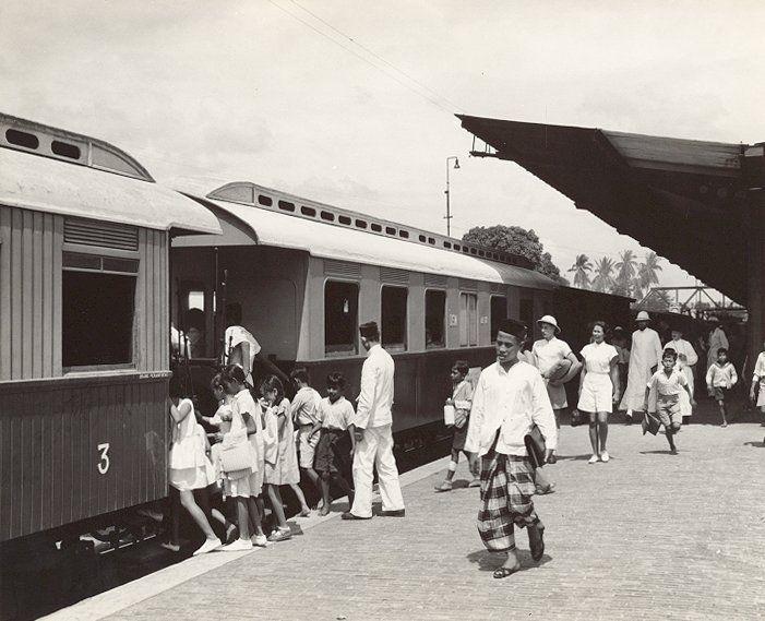 Treinstation van Medan, de D.S.M. trein naar Belawan, Sumatra, Indonesië (1936)