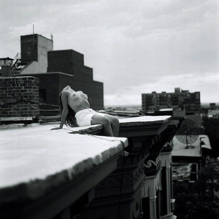 Zora Sicher is een jonge fotografe uit New York en haar vriendinnen zijn haar muzes.