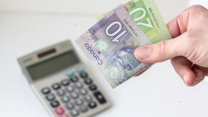 Billets de banque et calculatrice