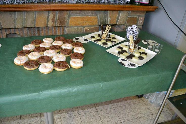 Dessert voetbal stijl: oreo met witte chocolade en gewone oreo's / witte en zwarte micado stokjes / witte en bruine donuts