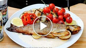 Păstrăv la grătar cu legume și sos de usturoi – rețeta video