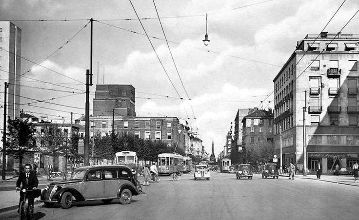 Corso di porta Vittoria (sullo sfondo l'obelisco), all'altezza del palazzo di Giustizia. La foto venne scattata pochi anni dopo il termine della seconda guerra, molti edifici moderni che vediamo oggi devono ancora essere innalzati. In primo piano, un taxi Fiat 1100.