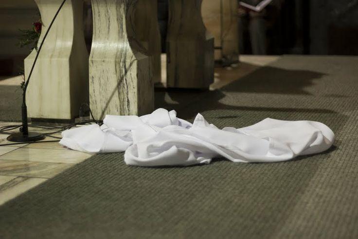 Zrzucony obrus z ołtarza po Mszy Wieczerzy Pańskiej w Wielki Czwartek, fot. Marcin Mituś  #dominikanie #liturgia #op #wielkiczwartek #ołtarz