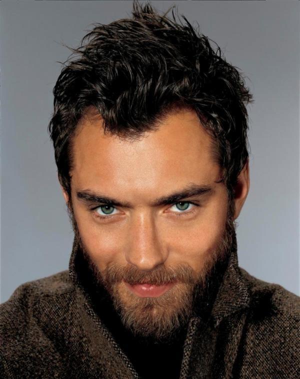 Stili di barba alla moda. La barba, in questi ultimi anni, ha visto un gran ritorno di moda. Una volta veniva portata quasi solo dagli intellettuali, oppure dai biker e burberi boscaioli. Insomma era uno stile limitato ad alcu...