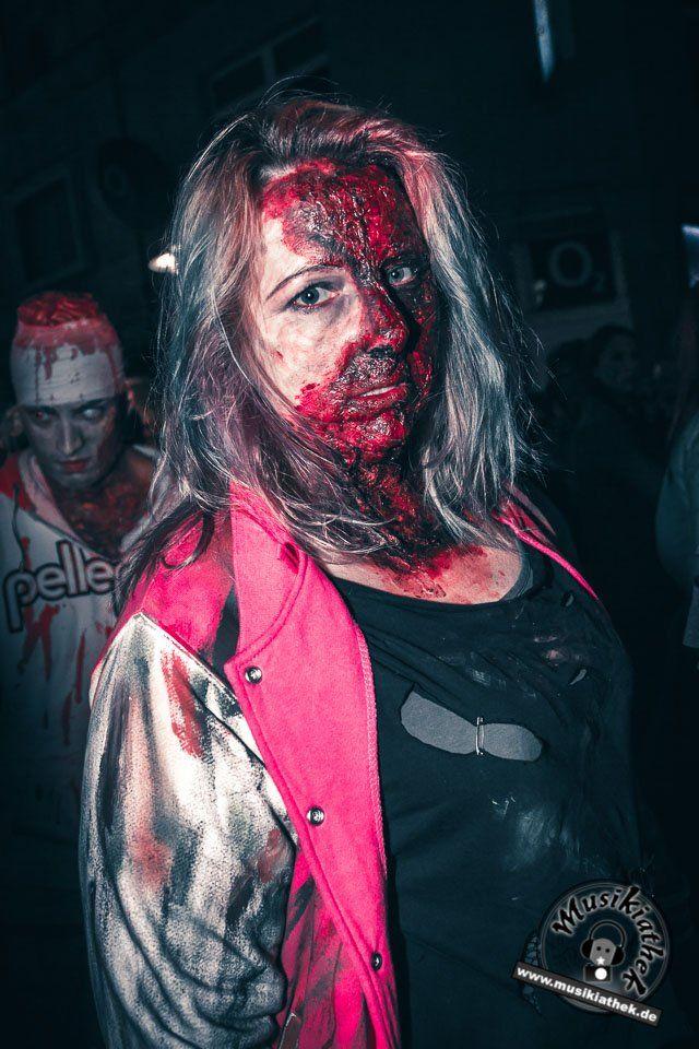 Zombie Alarm. Kunstblut und Narben schminken. Ein paar schaurige Kostüm und Makeup Ideen für Halloween oder Karneval gefällig? Willkommen in der Grusel Abteilung. Einige der besten Horror Kostüme und Makeups findet ihr auf der Website :) #zombie #horrormakeup #karneval #halloween #halloweencostume #halloweenmakeup #karnevalskostüm