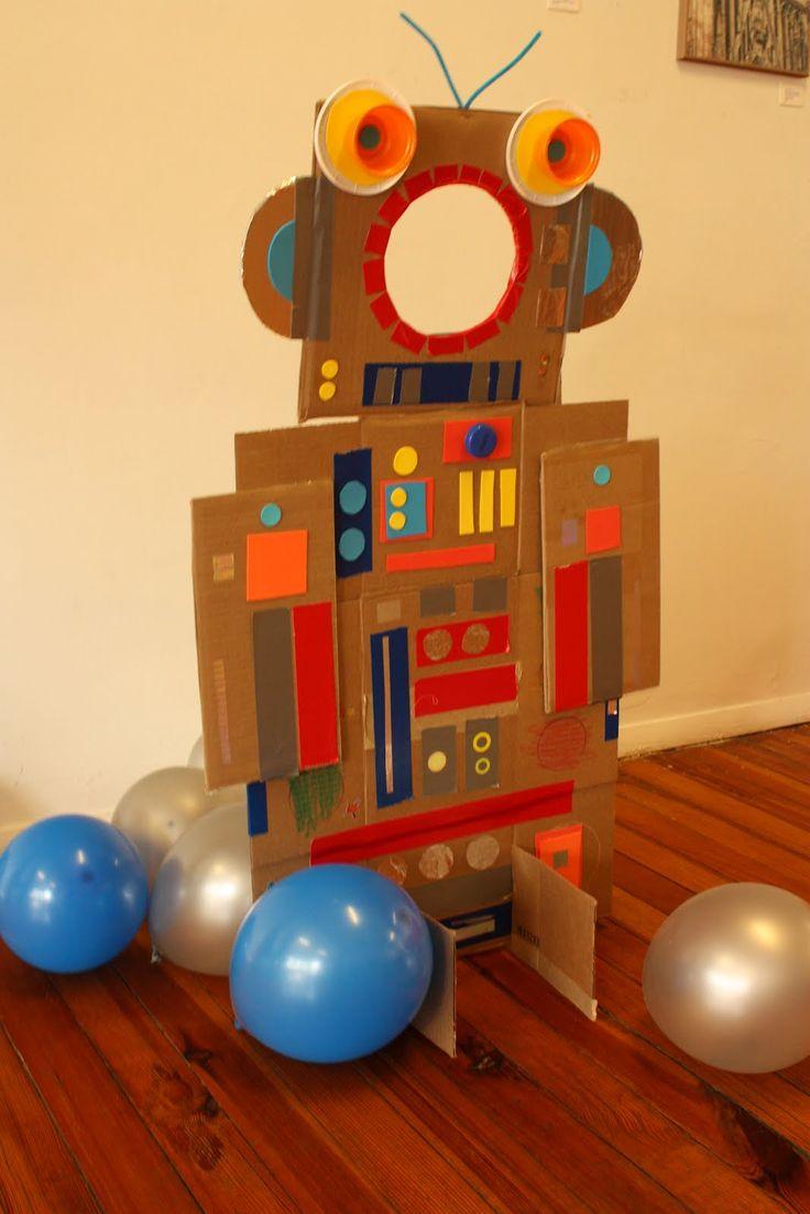 Robot photo booth and other ideas / Créez un robot avec un trou. Les enfants peuvent y mettre leur face pour des photos (il y a d'autres idées pour un thème de robot en anglais)
