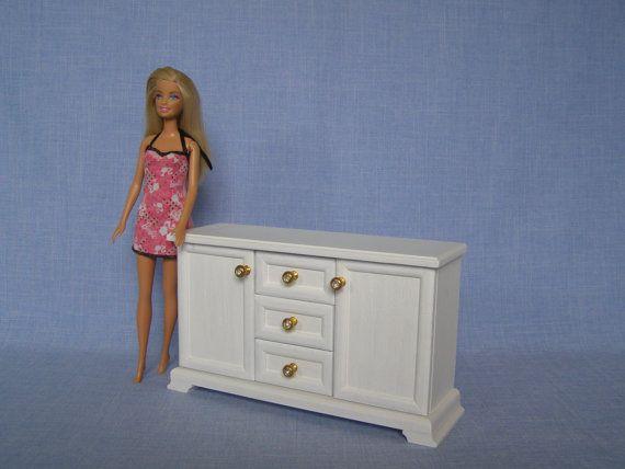 1/6 scale Miniatur Puppenhaus Kommode / Kommode für 12inch doll Alle Schubladen öffnen für die Lagerung. Hergestellt aus Holz und mit ungiftigen Farben fertig. Größe beträgt 9 Zoll (23 Zentimeter) lang, 3 Zoll (7,5 cm) Tiefe, 6 Zoll (15 cm) groß