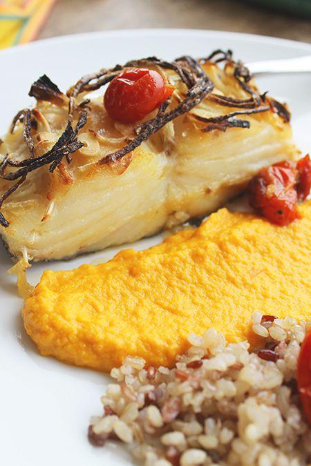 Bacalhau confitado com pure de cenoura e cebolas caramelizadas