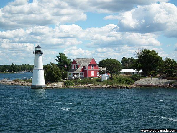 Maison rouge et phare dans les Milles-Îles à #Gananoque près de #Kingston ( #Ontario, #Canada) #1000islands #cruise #thousandislands