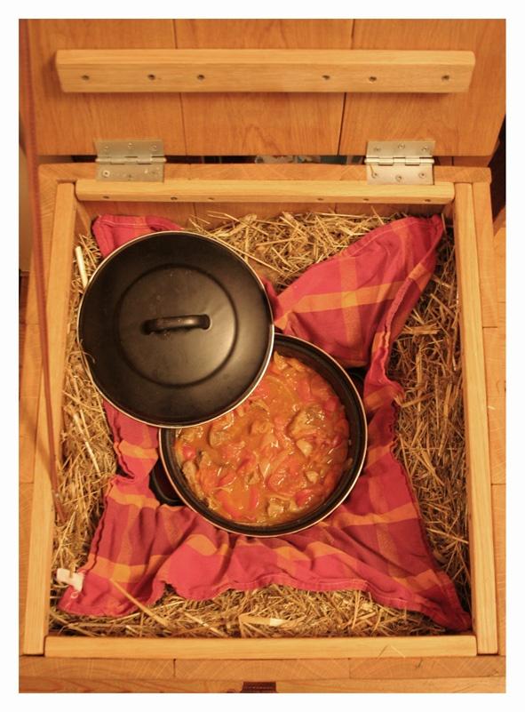Door de isolerende werking van het hooi blijft de inhoud van de pan goed warm en langzaam gaart het zonder dat het energie kost.  Je bereidt een heerlijk gerecht voor op het gasfornuis, breng het even aan de kook, haal de pan van het vuur en wikkel de pan in een handdoek en zet hem in de hooikist.  Het gerecht gaart in de warmte die het hooi zo lang mogelijk vasthoudt.  Zo blijven de meeste voedingsstoffen bewaard en zeer smaakvol!!