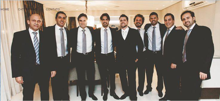 Padrinhos com terno preto, camisa branca e gravata cinza chumbo