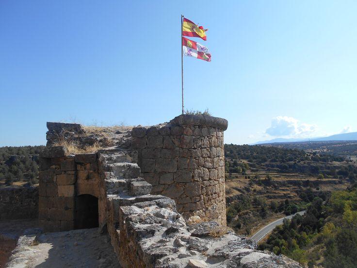 Castillo. Banderas en torre esquinera.