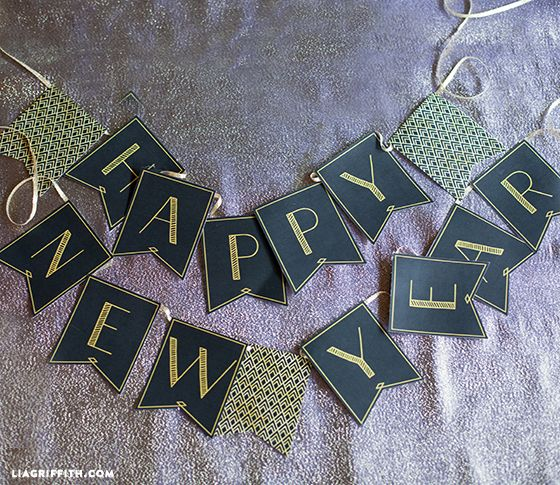 """Here is a printable """"Happy New Year"""" banner for your 1920's style party! This banner coordinates with the party hats and photo props. These are ready for you to download and print on my blog."""