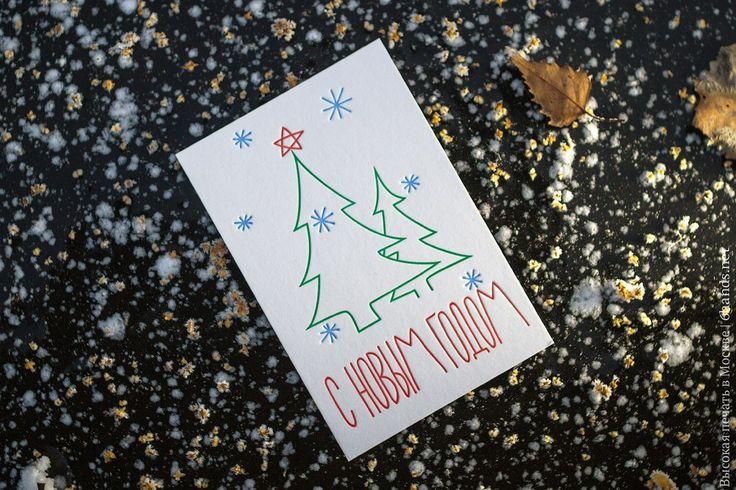 Минимализм не выходил из моды, а праздничная атмосфера создается слегка гуляющими не четкими линиями иллюстрации) #елочка #елка #открытка #открытки #новыйгод #снегопад #снег #якаквсе #каквсе #Москва #вечер #ручнаяработа #россия #минимализм #подарки