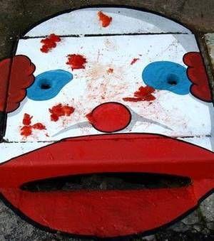 Street Art : Ce clown a été dessiné sur une bouche d'égout