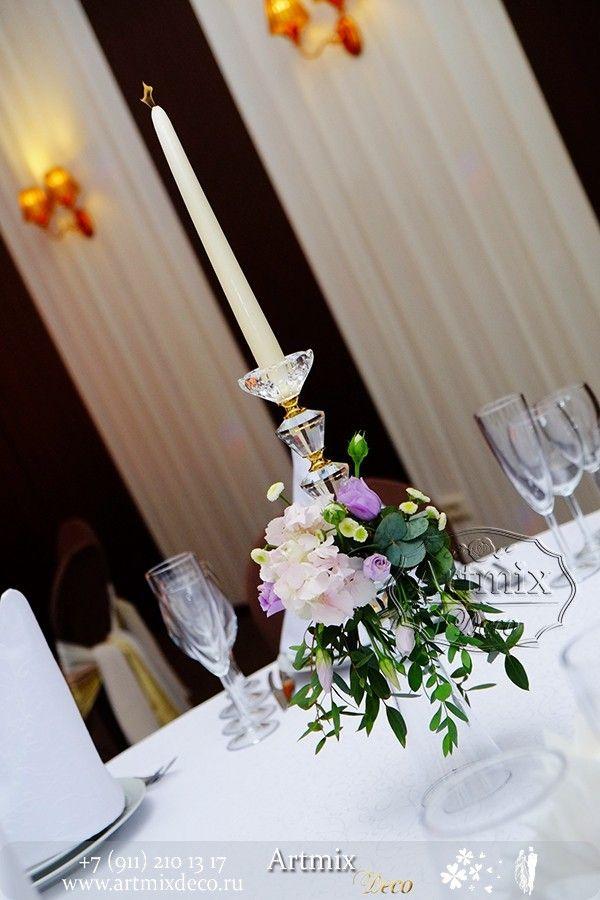 Свадебное оформление. Канделябры из хрусталя оформлены цветами на столе гостей
