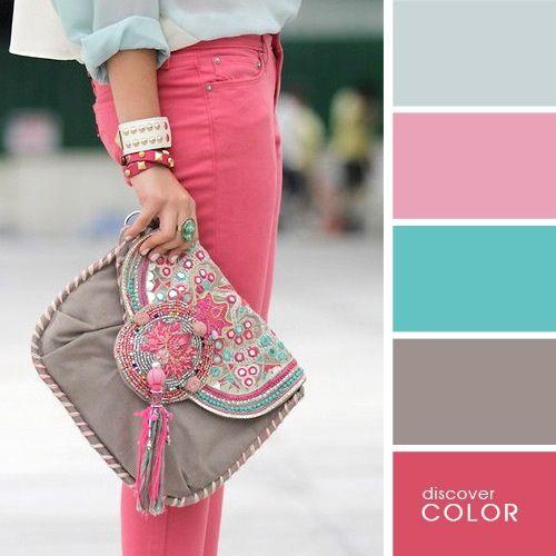 Chica usando un pantalón de color rosa con una bolsa de mano de color gris y una blusa de color azul