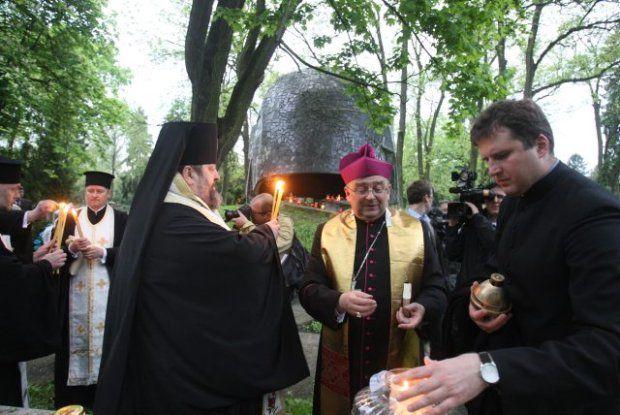 Niestrudzenie głosił, że nic nie usprawiedliwia deptania ludzkiej godności. Ścinanie przez dżihadystów głów przed kamerami, maltretowanie ukraińskich żołnierzy na oczach świata - to koszmarne sceny, które nikomu nie powinny dawać spokoju. Zastanawiam się, czy arcybiskup Życiński nie żałowałby swego gestu zapalania lampek na grobach żołnierzy radzieckich w dniach po katastrofie smoleńskiej.