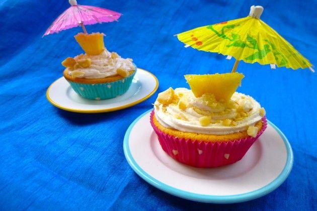 (Vegane) Ananas- Kokos- Cupcakes mit Macadamia  Diese Muffins sind so unglaublich saftig, die müssen einfach ausprobiert werden! Die Kokssahne habe ich durch Sojasahne ersetzt :) Schmeckt wirklich super lecker!