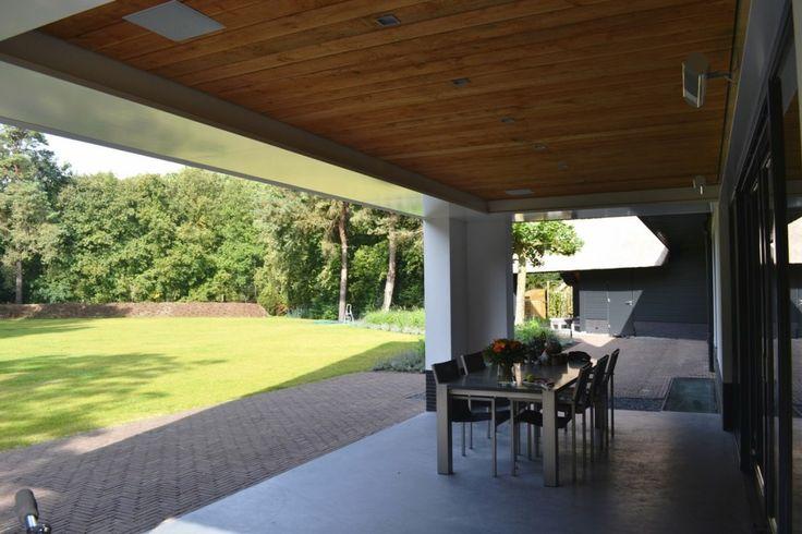 Nieuwbouw moderne villa met rietgedekte kap - veranda