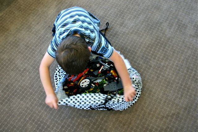 Lego Sack Tutorial.  This would be great for small cars too. Use fabric with a little city and streets on it.
