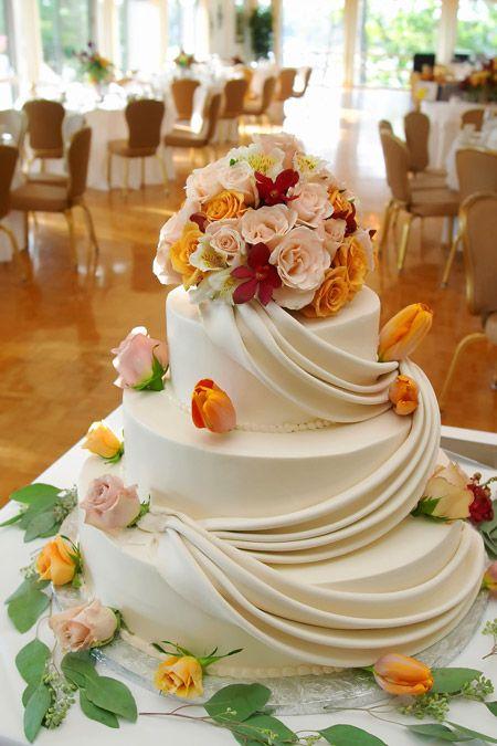 Een prachtige bijzondere witte trouwtaart