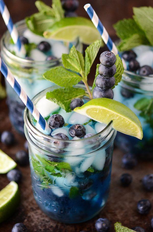 Bosbessen Mojito Wat heb je nodig?: Bosbessen Witte rum Munt blaadjes Suiker Limoenen Spa rood Ijs + Rietjes